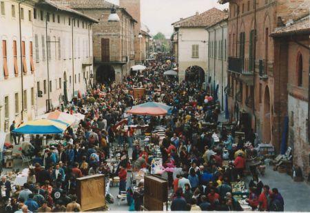Il mercato dell 39 antiquariato e del collezionismo a - Mercatini piemonte oggi ...